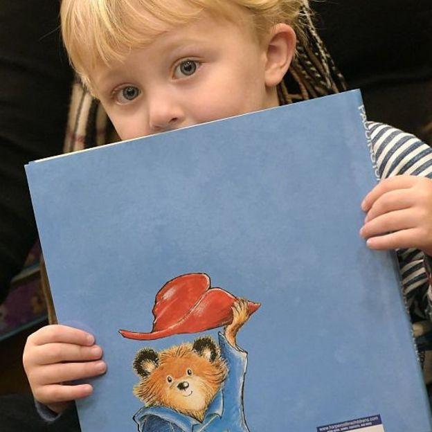 Ребенок с книгой про Паддингтона