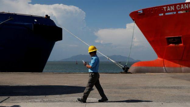 Một nhân viên của Rosneft ở bến cảng Vũng Tàu hôm 27/4.