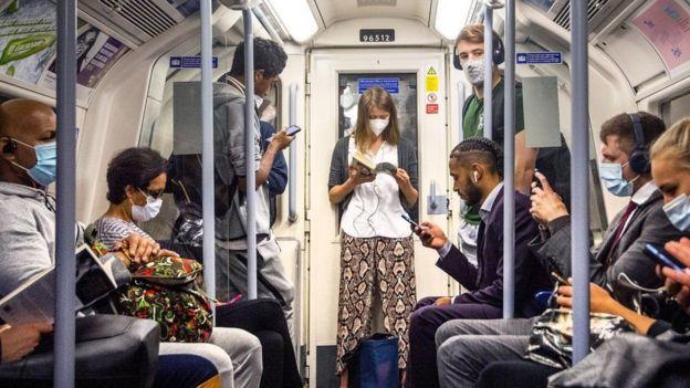 Gente en el metro de Londres
