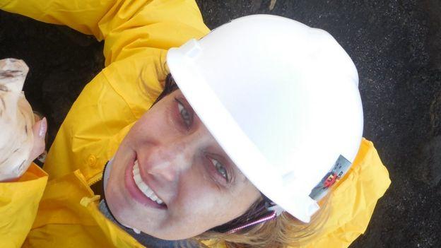 Rosaly em trabalho de campo no Havaí
