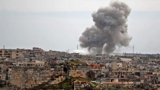 أعمدة الدخان تتصاعد من منطقة تعرضت لغارة روسية في جنوب إدلب.