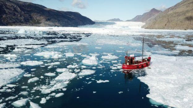 Barco navegando em local de derretimento