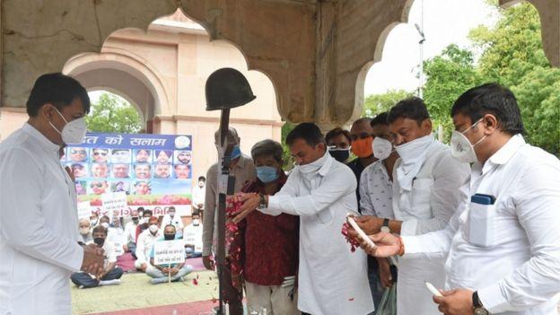 Políticos indianos fazem homenagem a soldados que morreram em confronto com a China no mês passado