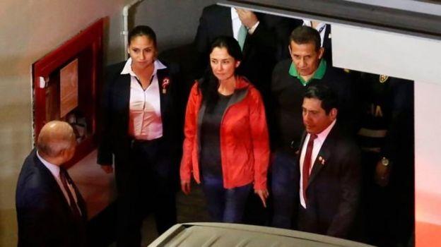 El expresidente del Perú Ollanta Humala y su esposa Nadine Heredia en el momento en que se presentan a la justicia peruana.
