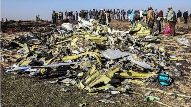 Du monde sur le site où s'est écrasé l'avion d'Ethiopia Airlines, près de Bishoftu, une ville située à quelque 60 kilomètres au sud-est d'Addis-Abeba.