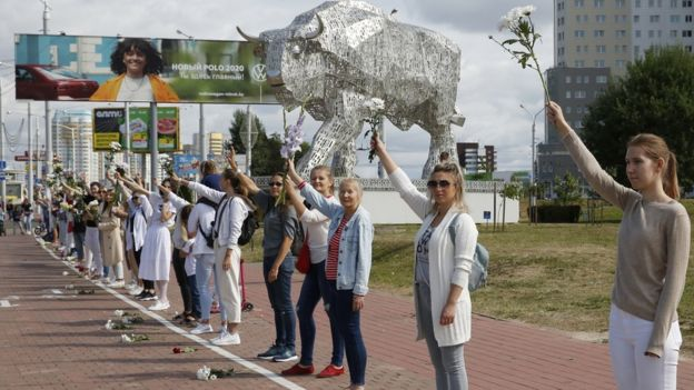 Belarus election: Women form 'solidarity chains' to condemn crackdown
