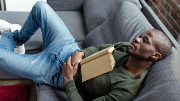 Hombre leyendo y descansando