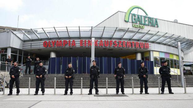 Por el momento el centro comercial en el que ocurrió la desgracia sigue cerrado y custodiado.