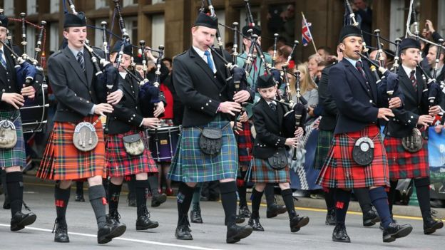 Pipe band greeting the Queen