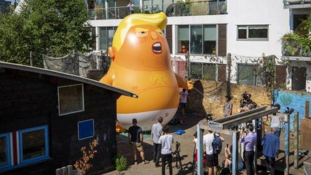 يقول الناشطون إن الدمية تعكس شخصية ترامب ومزاجه