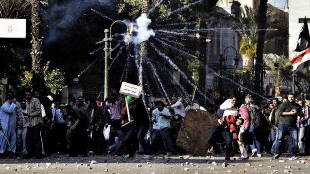 Explosiones de gas lacrimógeno durante las protestas en la capital egipcia.