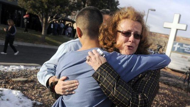 Un padre abraza a su hijo después del ataque contra la secundaria Arpahoe, en Colorado.