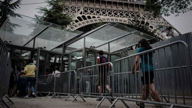 Turistas ingresan a la Torre Eiffel