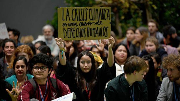 manifestantes afuera de la COP