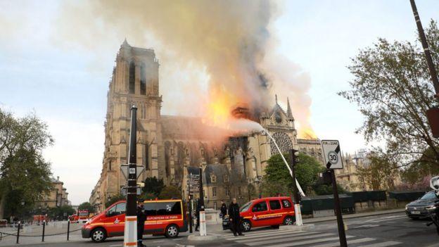 Le feu, qui se propage rapidement, a pris dans les combles de la cathédrale, selon les pompiers.