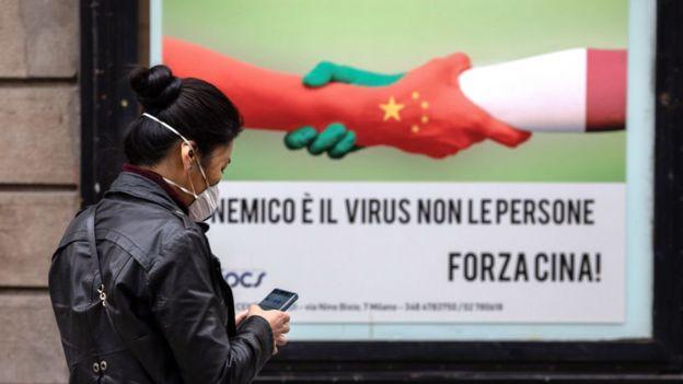 """""""Наш враг - вирус, а не люди. Вперед, Китай"""". Плакат в миланском Чайнатауне"""