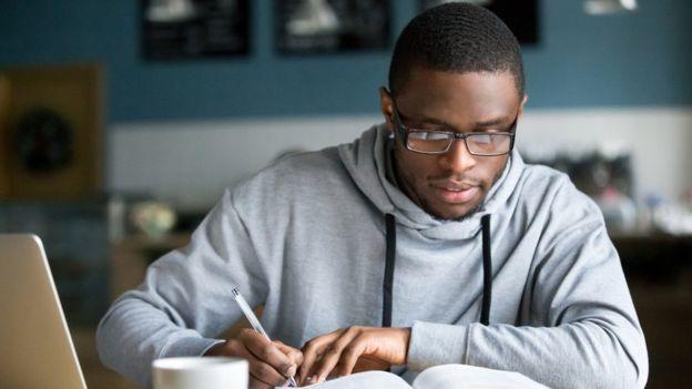 Estudiante universitario toma notas.