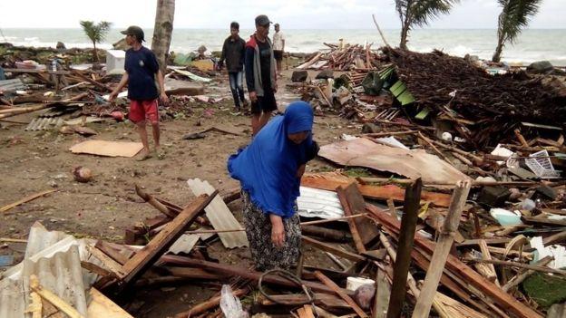 أمواج تسونامي ضرت المناطق الساحلية القريبة من مضيق سوندا في إندونيسيا.