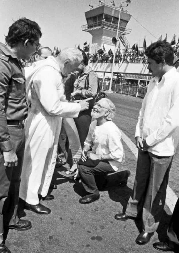 Juan Pablo II regañando a Ernesto Cardenal