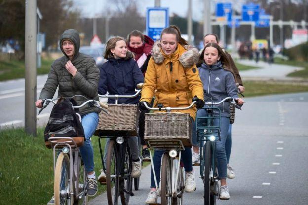 مجموعة من طلاب المدارس في هولندا في طريق عودتهم من المدرسة