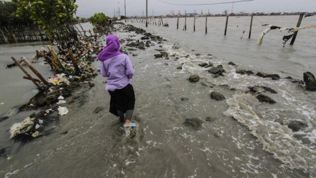 Endonezya'da su seviyesi yükseldi.