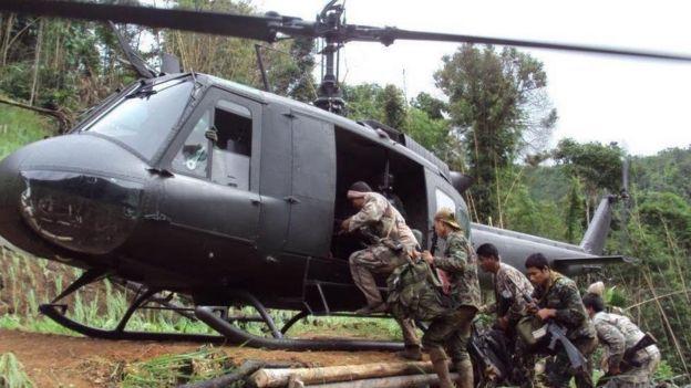 Soldados subiendo a helicóptero