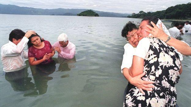 Escena de un bautizo evangélico en El Salvador en los años 90.