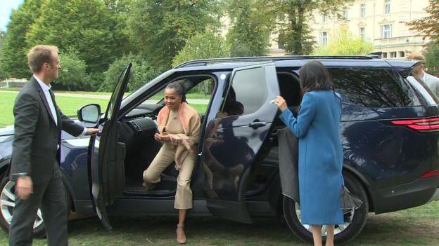 Герцогиня опять сама закрывает дверь, прибыв на презентацию поваренной книги со своей матерью Дорией Регланд.