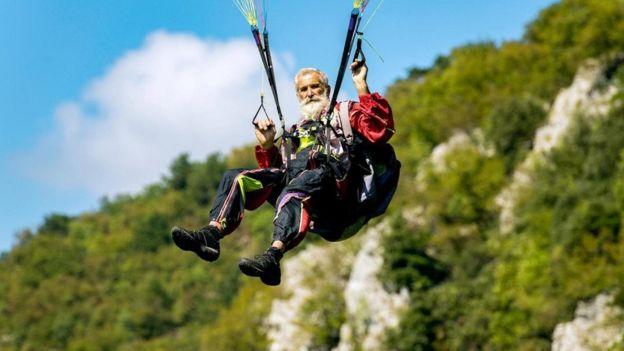 paraşütle atlayan yaşlı bir erkek