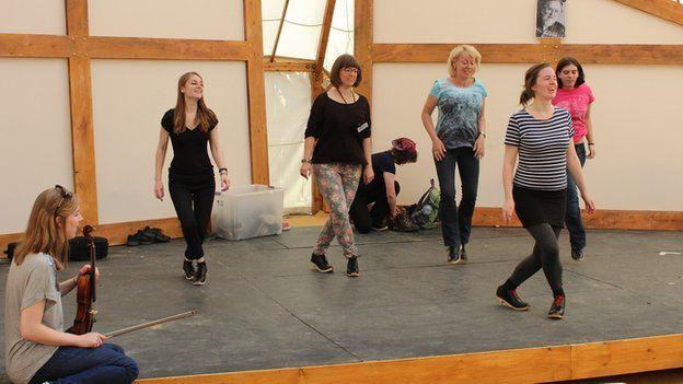 Cyfle i gael tro ar glocsio traddodiadol mewn gweithdy yn y Tŷ Gwerin heddiw // Have a go: A traditional clog dancing workshop at the folk tent