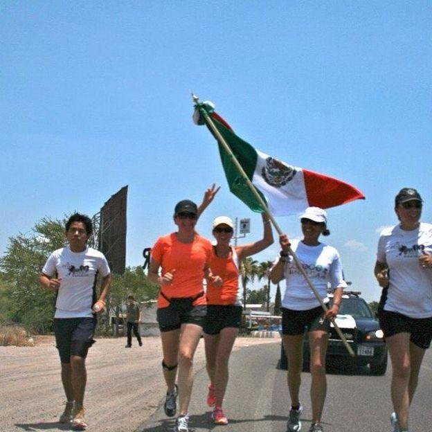 Norma Bastidas con la bandera de México