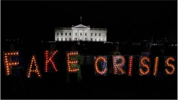 Các nhà hoạt động biểu tình bên ngoài Nhà Trắng sau bài diễn văn của Tổng thống Trump