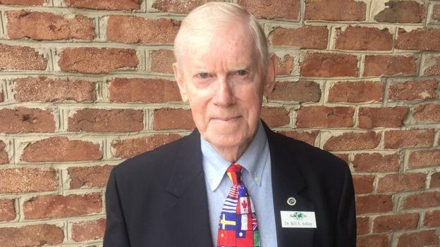 Bill Ashley y una corbata de banderas