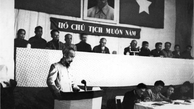 Hình chụp Chủ tịch Hồ Chí Minh phát biểu tại Đại hội Đảng lao động Việt Nam năm 1953