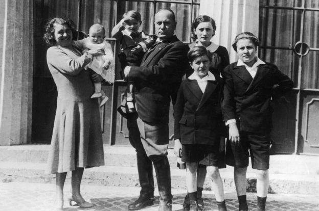 Mussolini con su familia