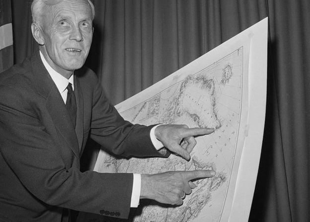 El explorador noruego Helge Ingstad en noviembre de 1963 anunciando su descubrimiento del asentamiento vikingo en L'Anse aux Meadows