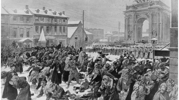 Soldados zaristas abren fuego contra trabajadores que querían presentar una propuesta al zar.