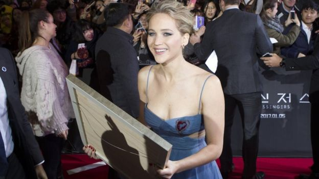 Aktris populer Jennifer Lawrence tergolong lantang mempersoalkan kesenjangan honor berdasarkan gender di Holywood.