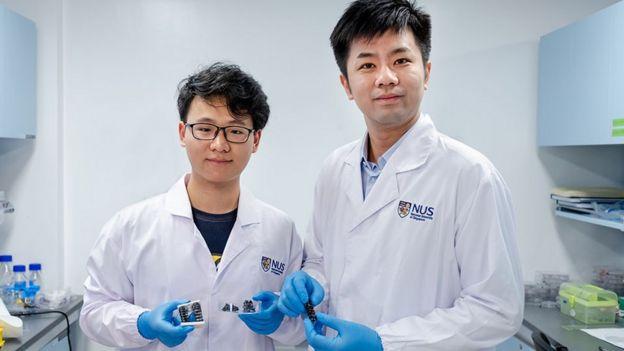 Chen Po-Yen (der.), profesor asistente de NUS y el estudiante de doctorado Yang Haitao
