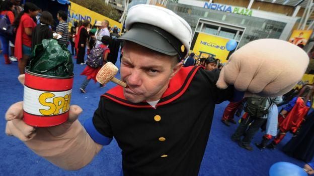 Hombre disfrazado de Popeye.