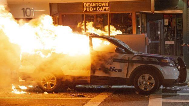 إحراق سيارة شرطة