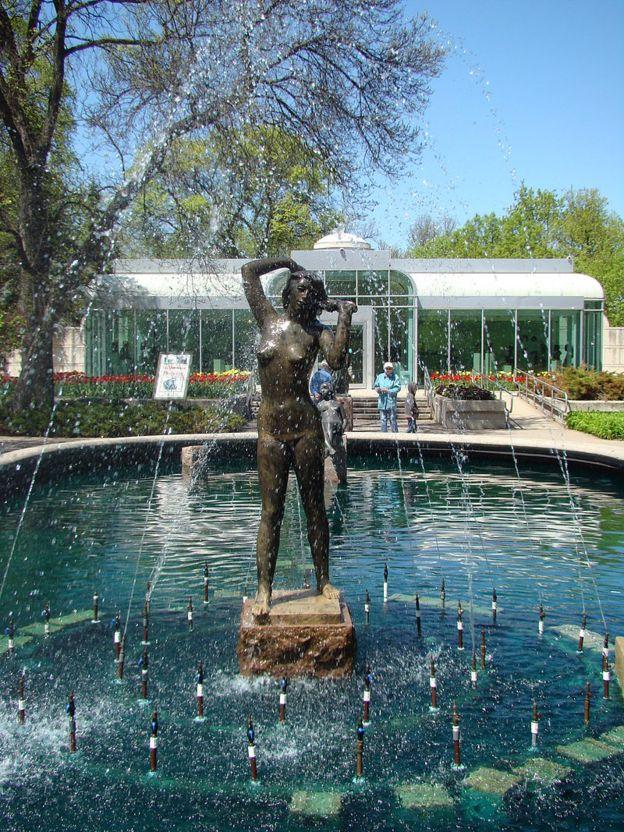 """Композиція """"Жінка біля фонтана"""" у парку скульптур Лео Мола у Вінніпезі (Канада)"""