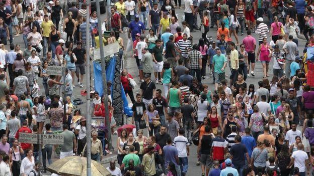 Rua de comércio popular 25 de Março, em São Paulo