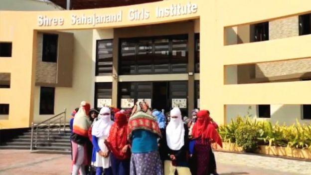 Shree Sahajanand Enstitüsü öğrencisi genç kadınlar okulu protesto etti