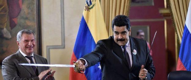 Igor Sechin, presidente ejecutivo de Rosneft, y Nicolás Maduro, presidente de Venezuela