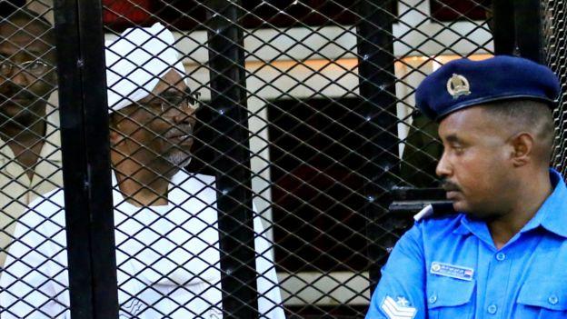 Omar Hassan el-Béchir est assis dans une cage lors de l'audience du verdict qui l'a condamné pour corruption dans un tribunal de Khartoum, au Soudan, le 14 décembre 2019