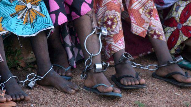 Mujeres en vestidos, encadenadas en Nigeria