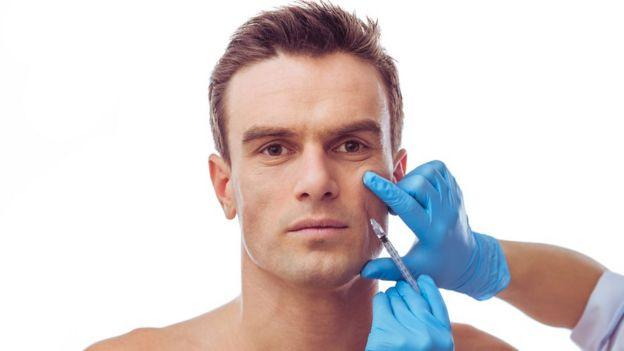 Hombre con marcas de cirugía