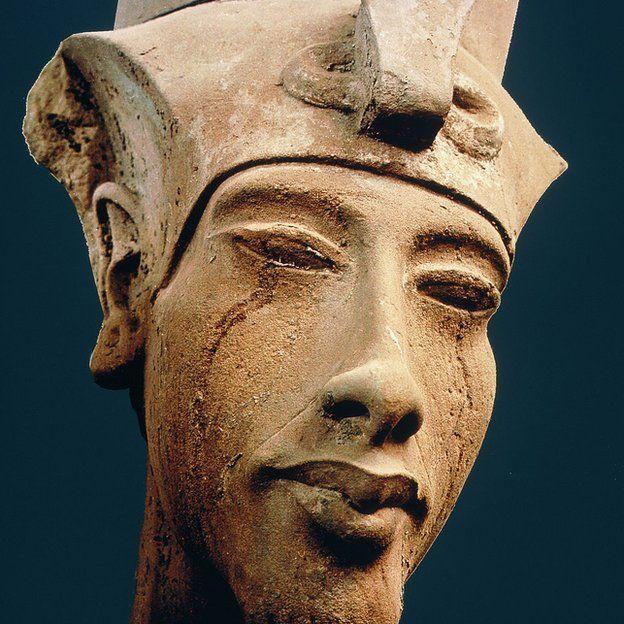 Escultura do rosto de Aquenatón