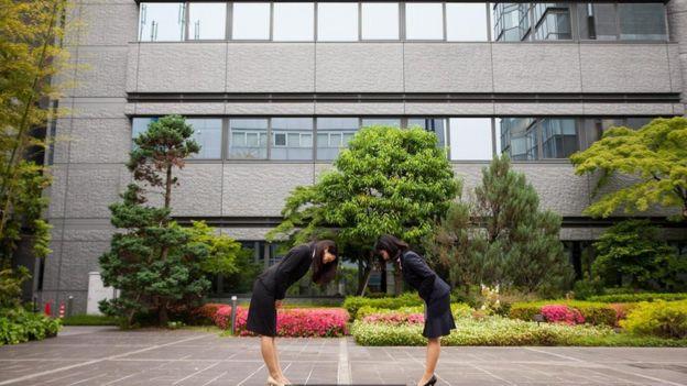 Dos mujeres saludándose